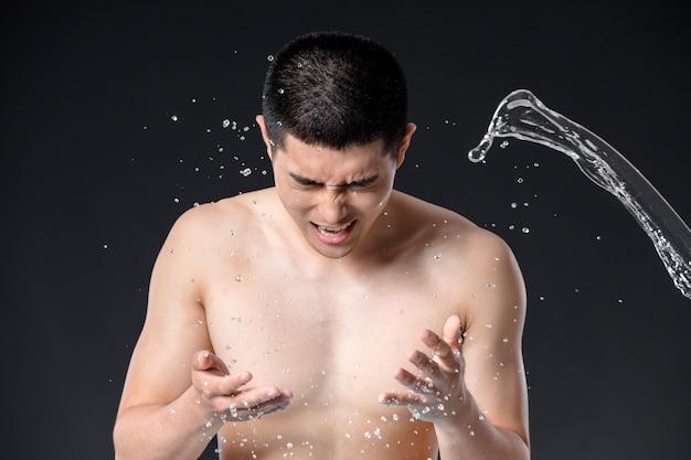 Grand plan, homme, lavage, sien, figure, à, eau