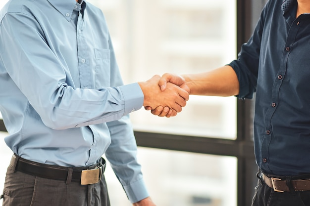 Grand plan, de, hommes affaires, poignée main