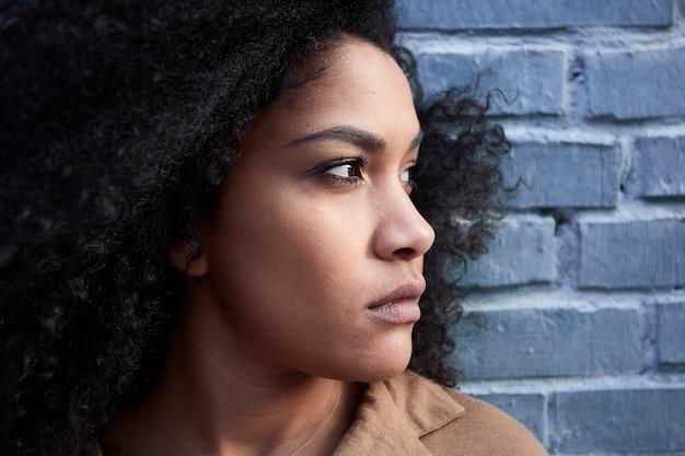 Grand plan, de, jeune, femme noire, à, cheveux afro