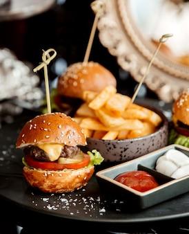Grand plan, de, mini, boeuf, burger, servi, à, ketchup, et, mayonnaise