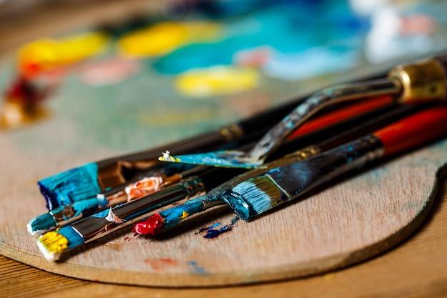 Grand plan, de, peintures huile, et, pinceaux, sur, palette