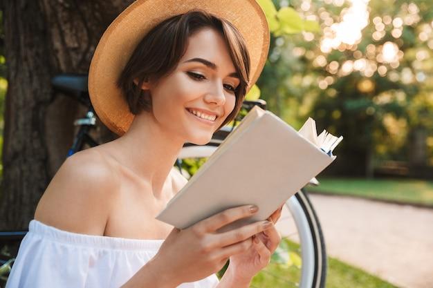 Grand plan, de, sourire, jeune fille, lecture livre