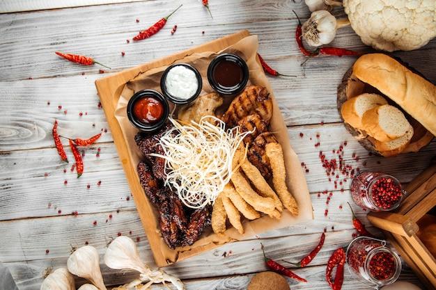 Grand plateau de poulet assorti avec sauces