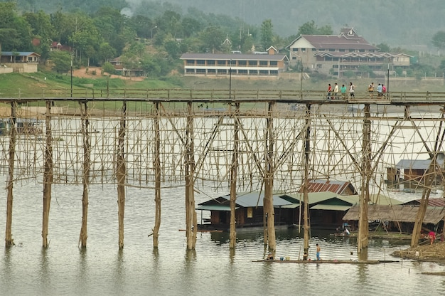 Grand pont de bambou et village de pêcheurs à sangkhlaburi en thaïlande occidentale