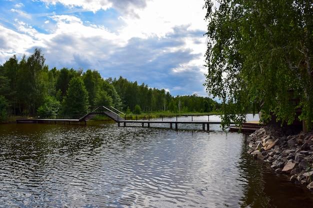 Un grand pont en bois au-dessus de la rivière avec une place pour les bateaux pour naviguer en dessous.