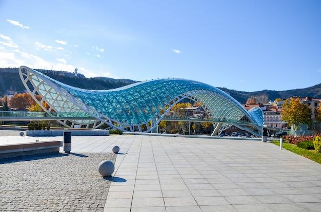 Grand pont de la paix pittoresque à tbilissi. géorgie.