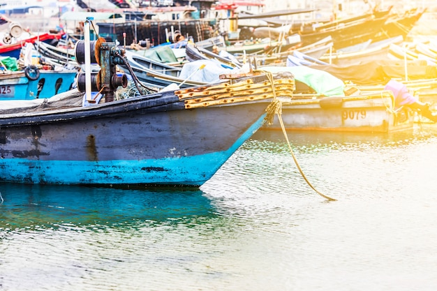 Le grand port de pêche, plein de bateaux et de chalutiers? asie.