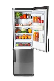 Grand réfrigérateur moderne avec des produits frais sur fond blanc
