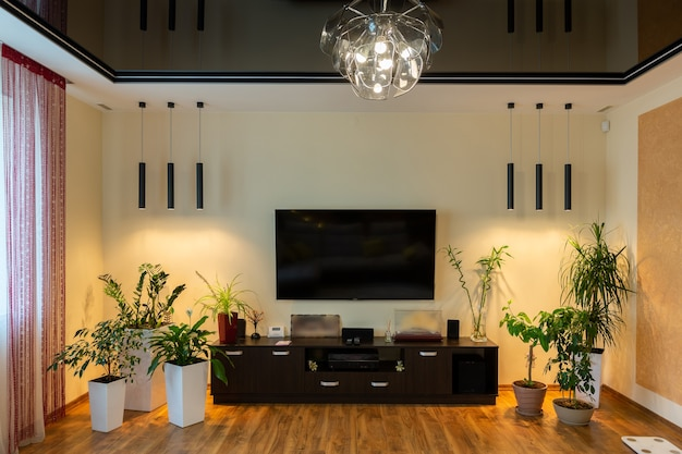 Grand salon, dans un style de luxe moderne, avec de grandes fenêtres et autres meubles