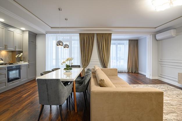 Grand studio contemporain de luxe avec cuisine classique et intérieur de salon