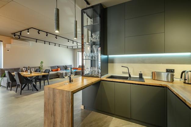 Grand studio luxueux moderne avec table à manger