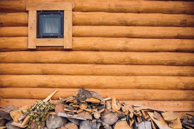 Un grand tas de bois soigné est fait de bois pour le bain de campagne. jour de printemps ssunny