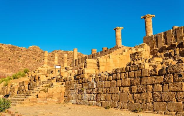 Le grand temple de petra, site du patrimoine de l'unesco en jordanie