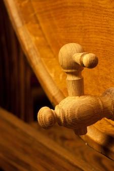 Grand tonneau en bois avec robinet