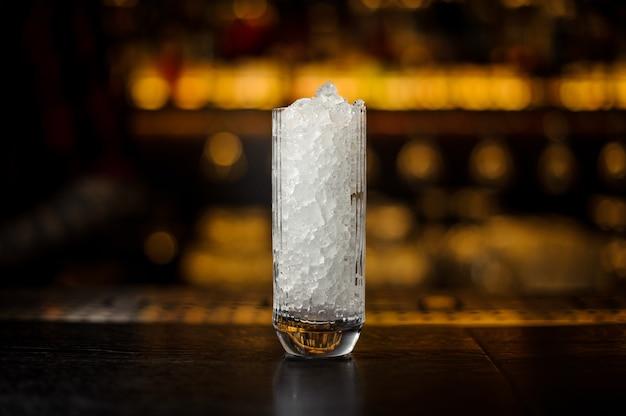 Grand verre à cocktail vintage de glace pilée debout sur le support de bar en acier vide