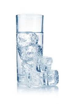 Grand verre d'eau gazeuse fraîche et fraîche avec de la glace isolée