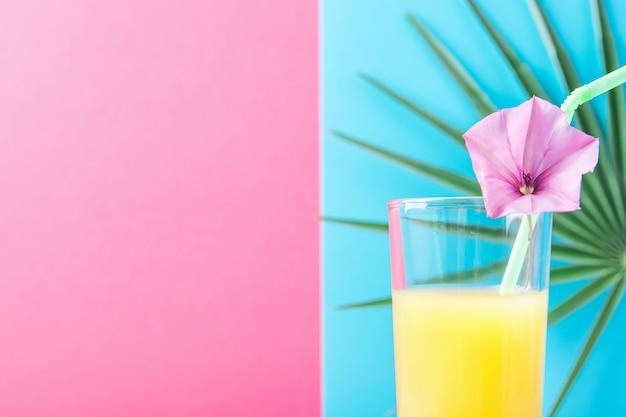 Grand verre avec jus de fruits tropicaux aux agrumes et à l'ananas fraîchement pressés