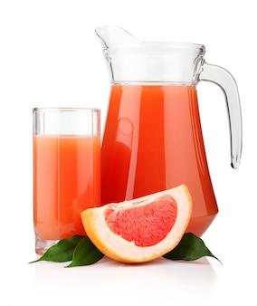 Grand verre et pichet de jus de pamplemousse et de fruits isolés