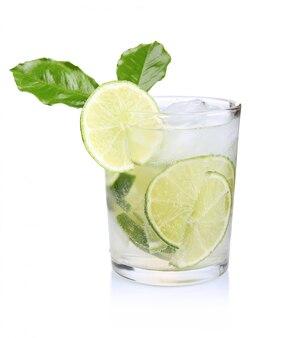 Grand verre de tonique frais aux fruits de citron vert isolé