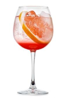 Grand verre de tonique frais frais avec du jus de pamplemousse et des tranches isolées
