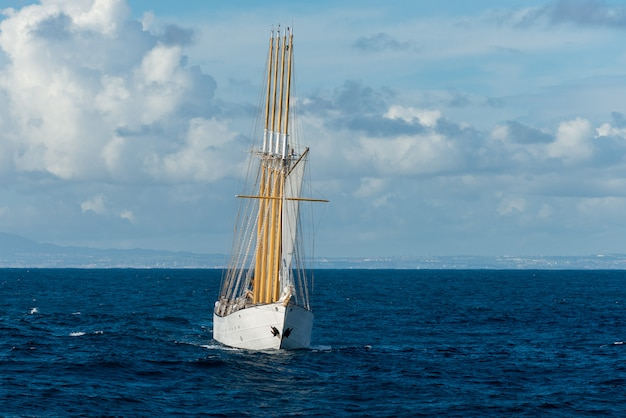 Grand voilier avec voiles en mer