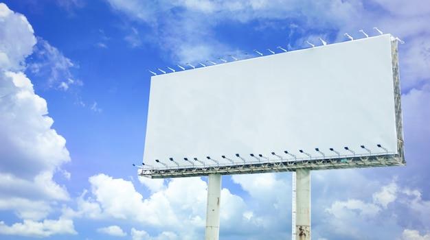 Grande affiche de panneau vierge sur fond de ciel bleu