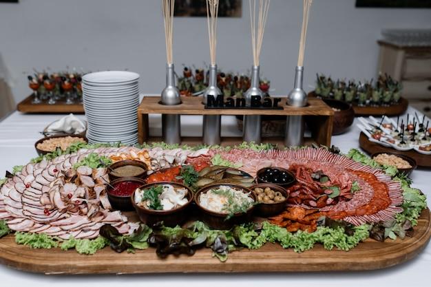 Grande assiette avec une variété de viande