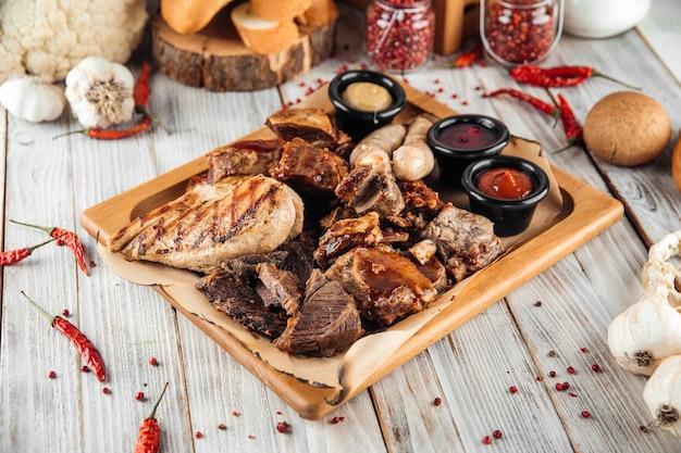 Grande assiette de viande poulet dinde saucisse côtes de boeuf
