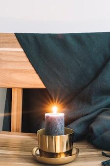 Grande bougie au chandelier sur une chaise