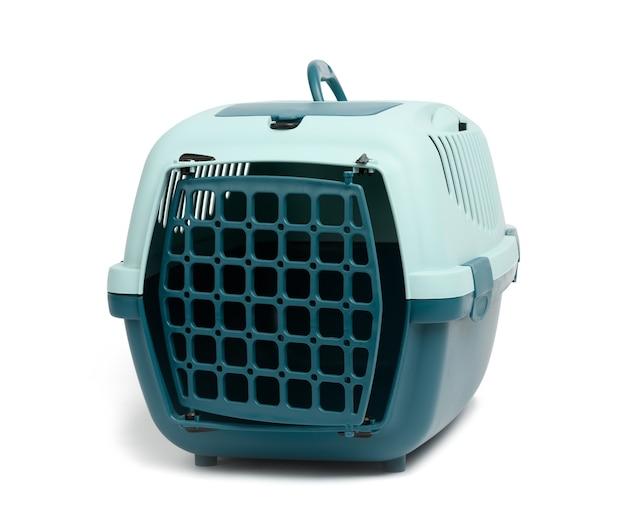 Grande cage en plastique pour chats et chiens isolé sur fond blanc