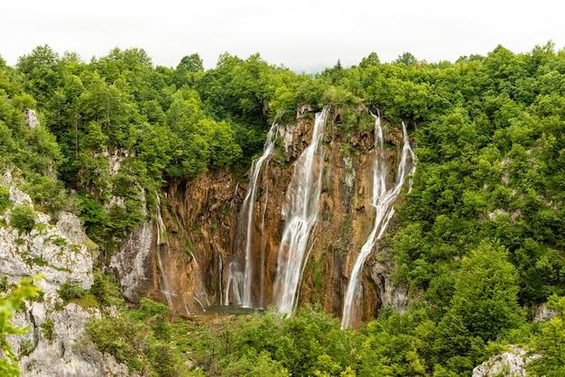 La grande cascade du parc national des lacs de plitvice en croatie