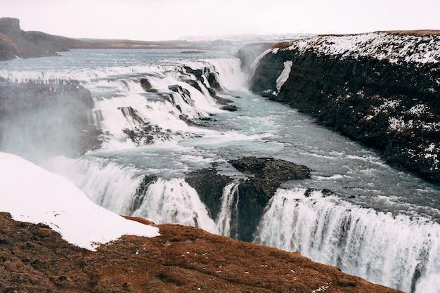 La grande cascade de gullfoss dans le sud de l'islande sur l'anneau d'or