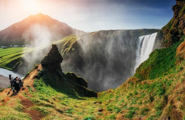 Grande cascade skogafoss dans le sud de l'islande près de