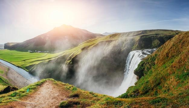 Grande cascade skogafoss dans le sud de l'islande