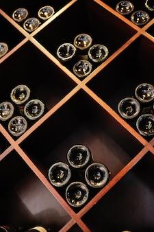 Grande cave à vin - bouteilles de vin sur des étagères en bois