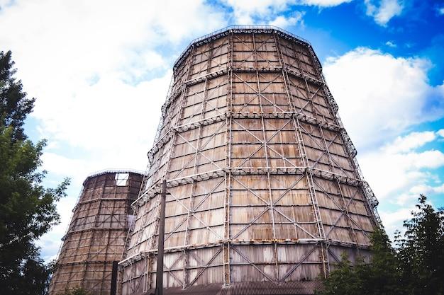 Grande cheminée de centrale thermique par jour, vue de dessous