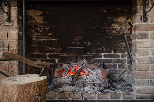 Grande cheminée avec un feu brûlant et des objets décoratifs
