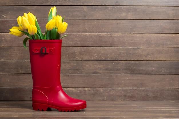 Grande composition avec les conseils, botte de l'eau et de jolies tulipes