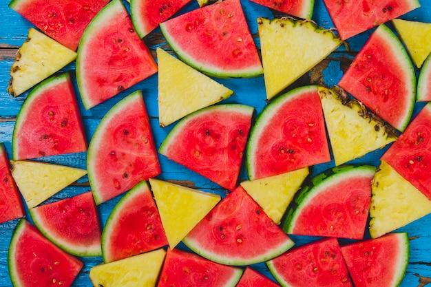 Grande composition avec des portions d'ananas et de pastèque