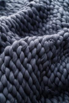 Grande couverture en laine mérinos tricotée à la main, fil très épais, concept branché. gros plan, couverture tricotée, laine mérinos, fond couverture de designer en laine fumé beige