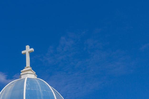Grande croix blanche sur ciel bleu