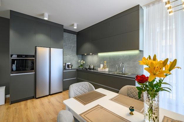 Grande cuisine moderne de luxe gris foncé