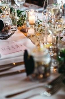 Grande décoration avec bougies sur table de vacances