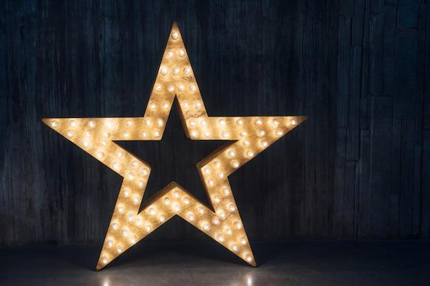 Grande étoile rétro décorative avec beaucoup de lumières brûlantes
