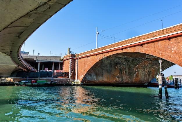 Grande façade de pont en briques à venise