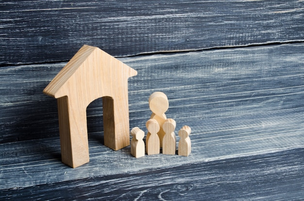 Grande famille est debout près de la maison. couple amoureux, cohabitants, parents, acheteurs