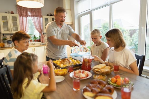 Grande famille à table à la maison.