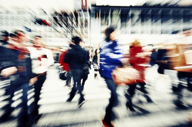 Grande foule marchant dans un concept de ville