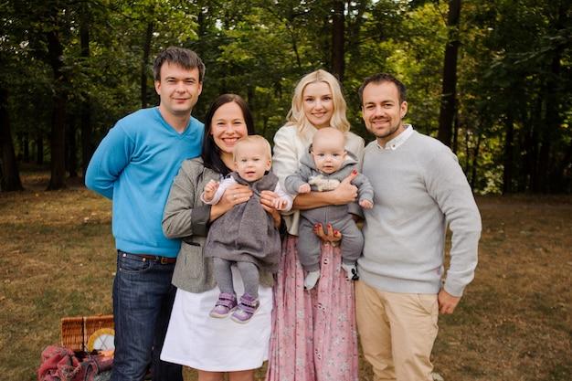 Grande et heureuse famille souriante avec des enfants dans le parc