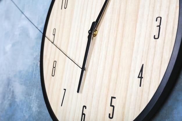 Grande horloge accrochée au mur de couleur